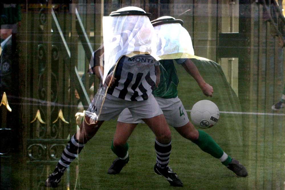 Foto van voetbal en oliesjeiks   Archief EHF