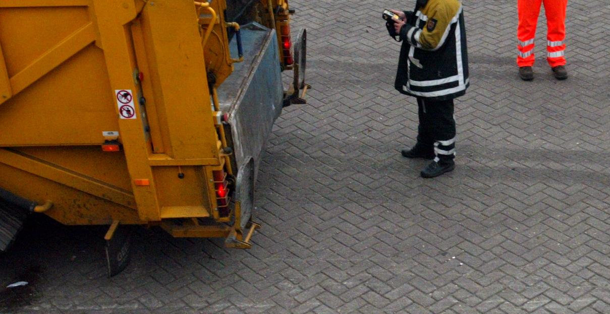 Vrouw door vuilniswagen overeden en overleden