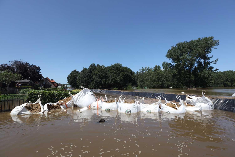 zandzakken-nooddijk-overstroming
