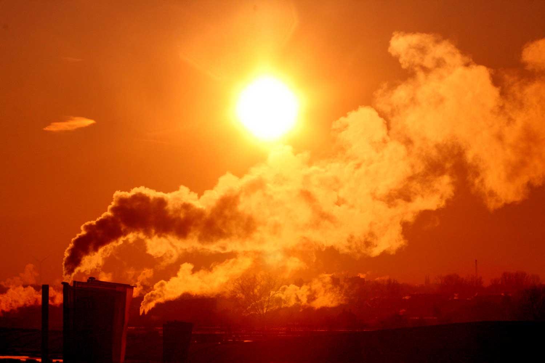 zon-schoorsteen-uitstoot-milieu