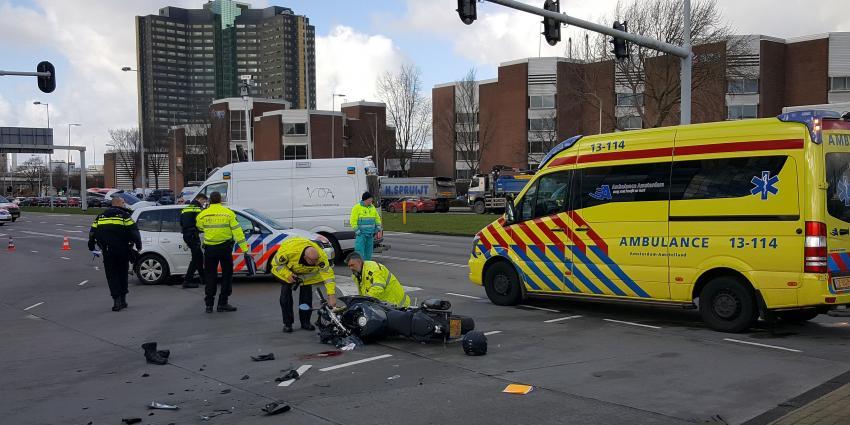 Motorrijder gewond bij aanrijding in Amsterdam