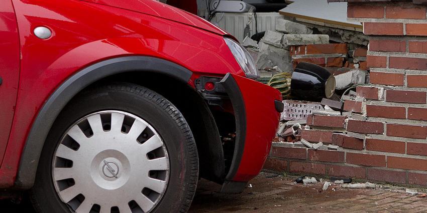 Foto van auto rijdt woning binnen | Stichting VIP | www.parkstadveendam.nl