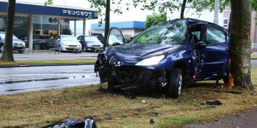 Peugeotbestuurder knalt op boom tegenover de dealer