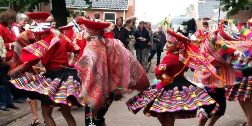 Dansgroepen uit de hele wereld trekken door Warffum