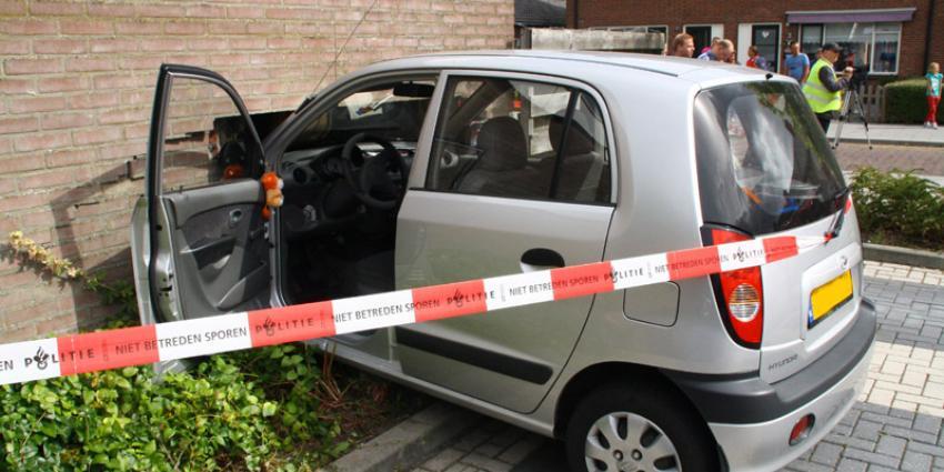 Auto rijdt door muur van garagebox | Henk Brunink