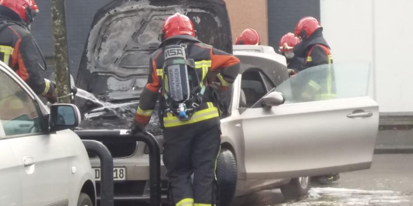 Brandweer bij uitgebrande auto