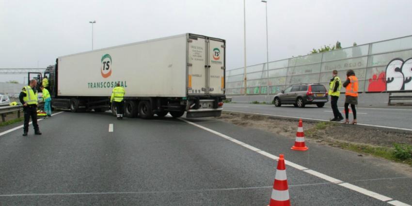 Geschaarde vrachtwagen blokkeert A20