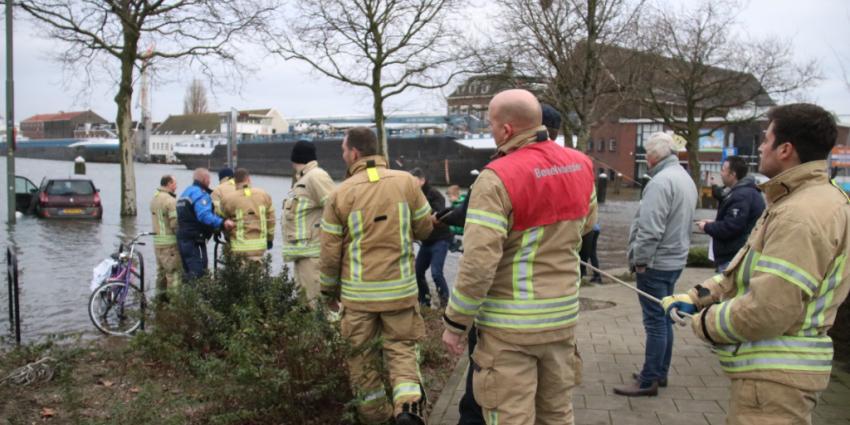 Brandweer probeert auto te redden