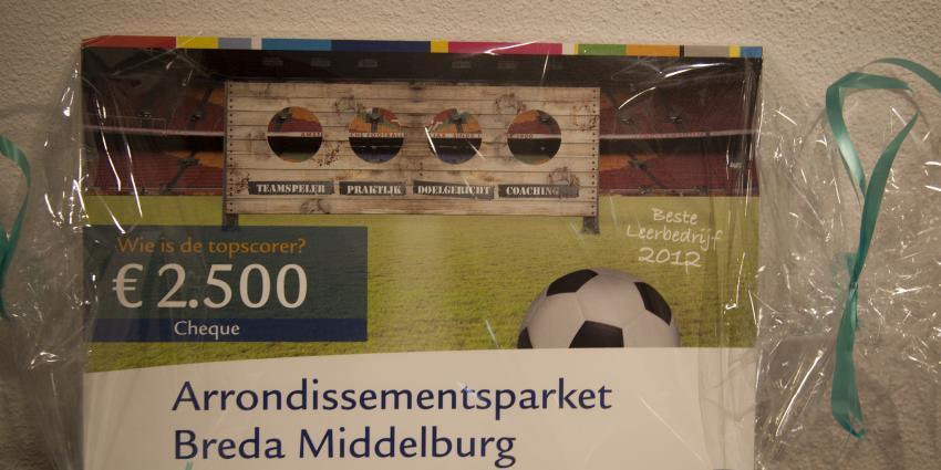 OM Zeeland-West-Brabant reikt cheque van €2500 uit