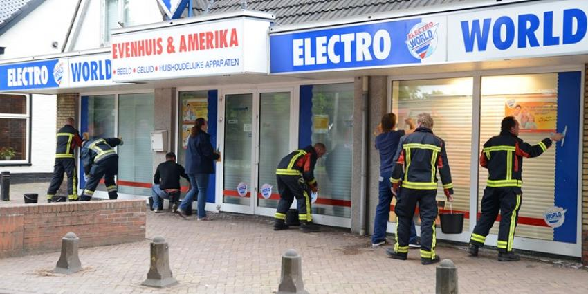 Brandweer Eelde wast ramen voor het goede doel