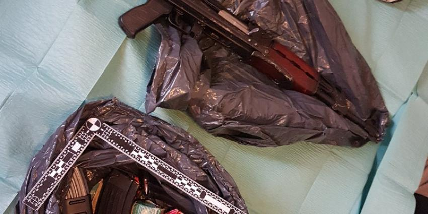Politie vindt grote hoeveelheid wapens