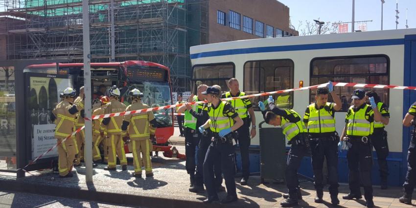 Bus botst op tram in Amsterdam