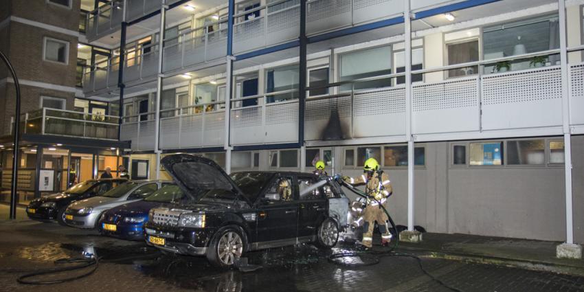 Auto uitgebrand, flat beschadigd