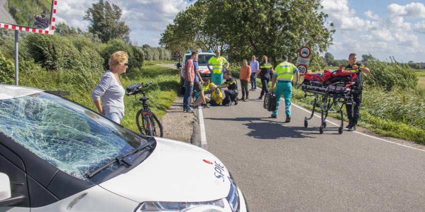 Wierenner geschept door auto in Schiedam