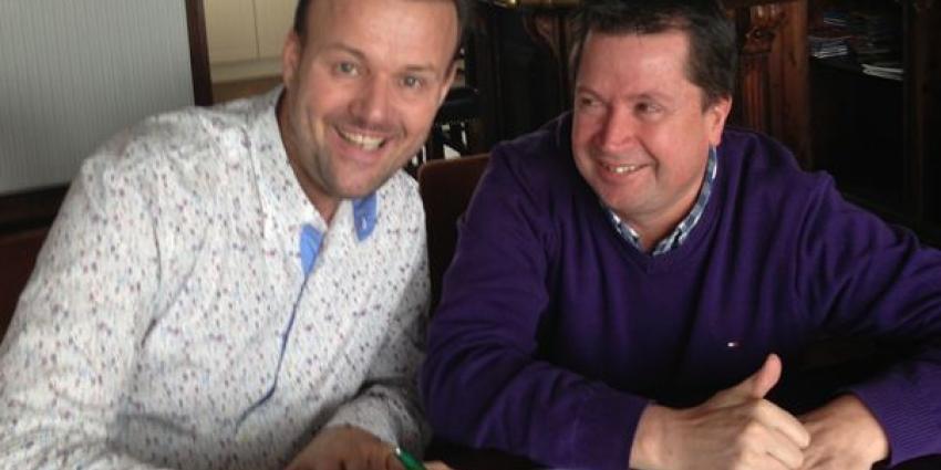 Gerry Holland tekent platencontract met Adri van den Berk.