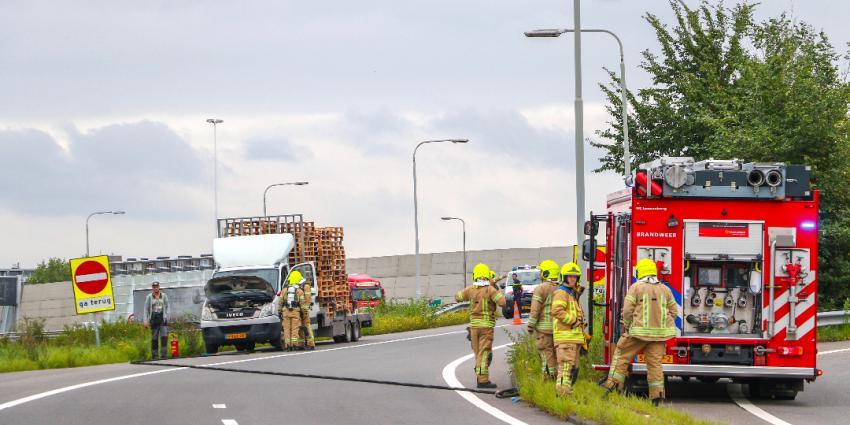Kleine vrachtwagen in brand op afrit A20