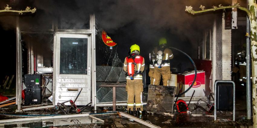 Explosie en brand verwoesten snackbar