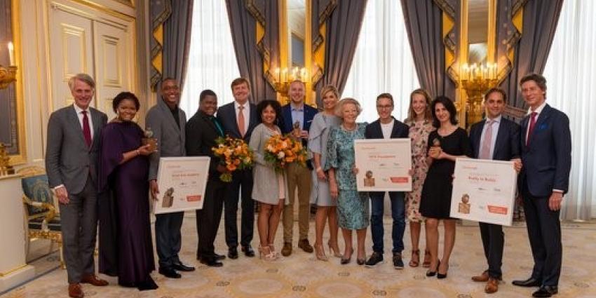 Koningin reikt Appeltjes van Oranje uit aan drie jonge winnaars