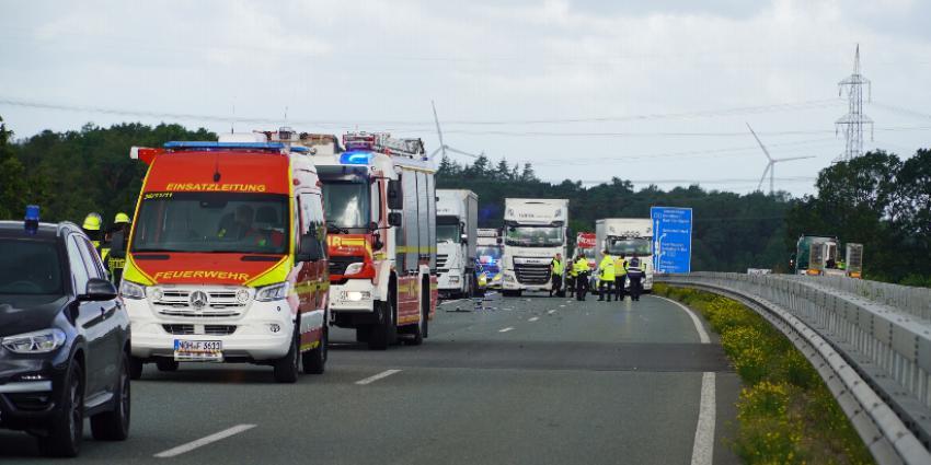 Duitse hulpdiensten langs snelweg