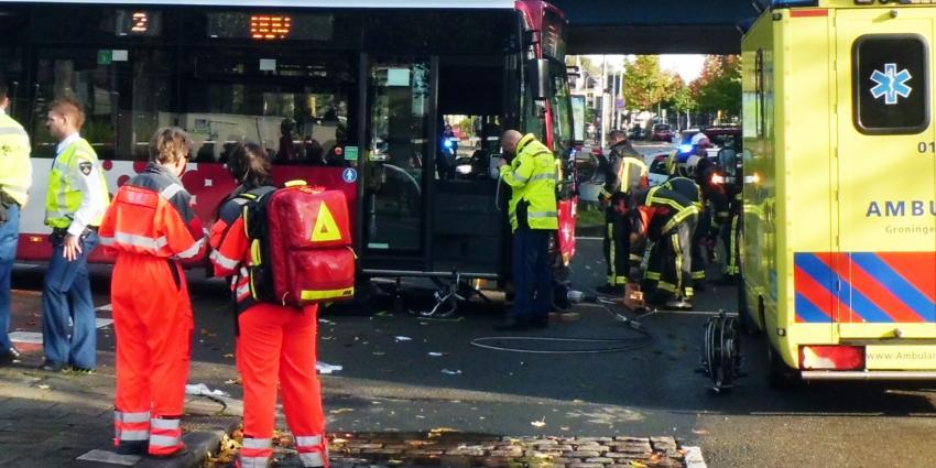 Vrouw onder bus in Groningen