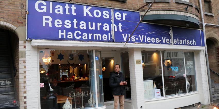 Man met Palestijnse vlag slaat ruiten in van Israëlisch restaurant