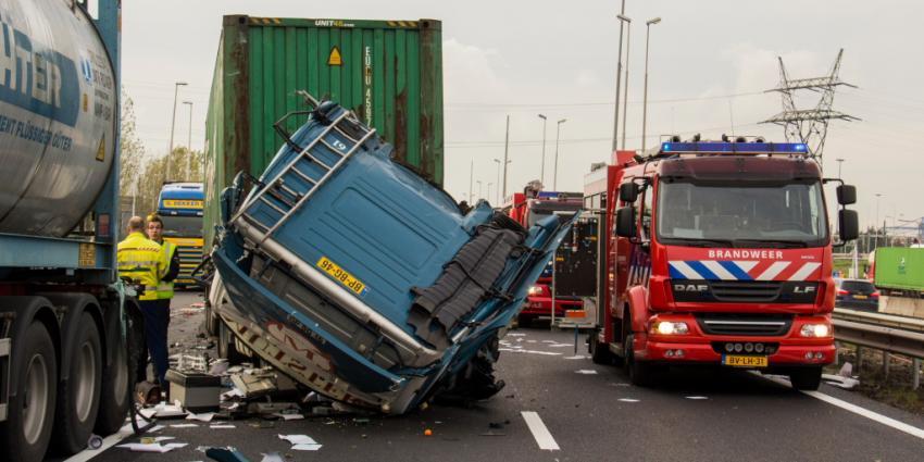 Twee gewonden door aanrijding A15 | Flashphoto | www.flashphoto.nl