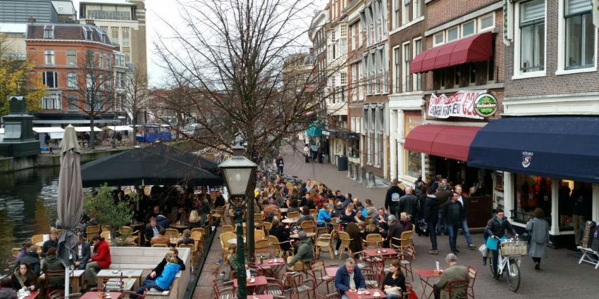 Volle terrassen door zachte november weer