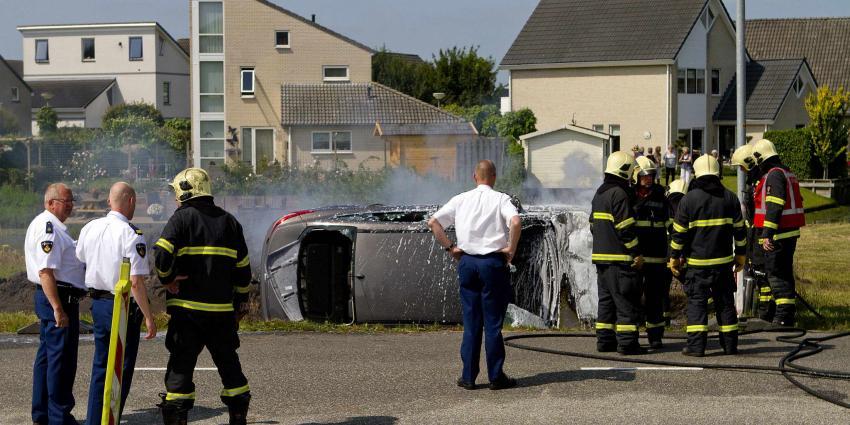 Bestuurder uit brandende auto gered