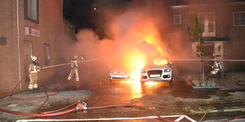 Auto's in brand voor woning René Karst