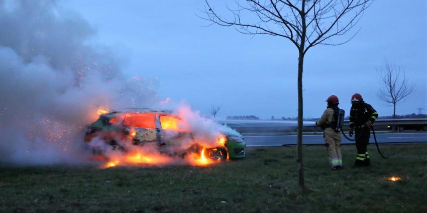 Auto uitgebrand op N33