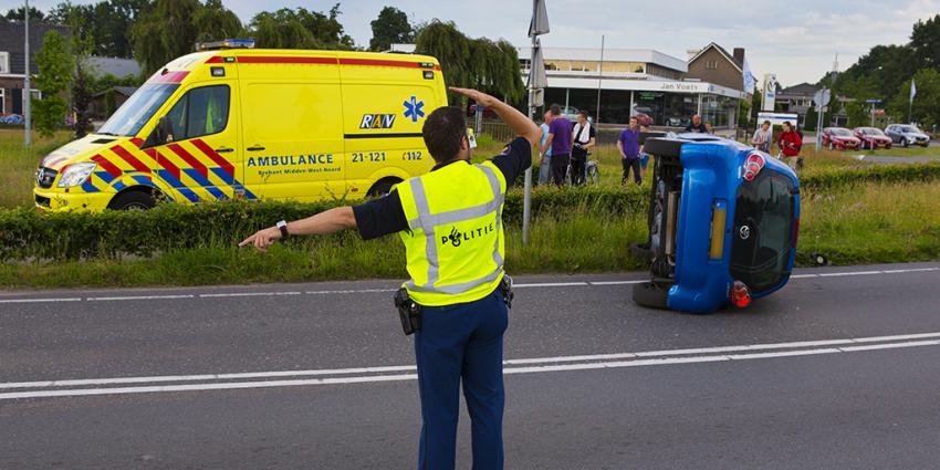 Foto van auto op zijn kant in Nijnsel | Persburo Sander van Gils | www.persburausandervangils.nl