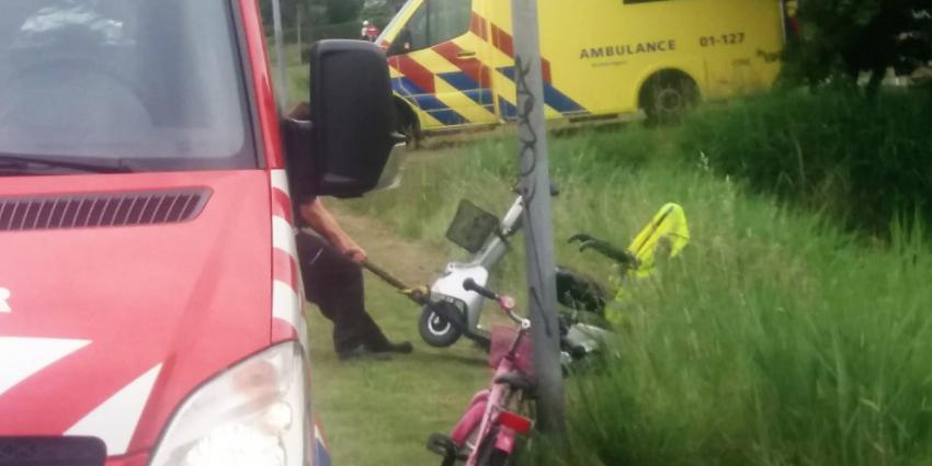 Hulpdiensten helpen bestuurder scootmobiel uit het water