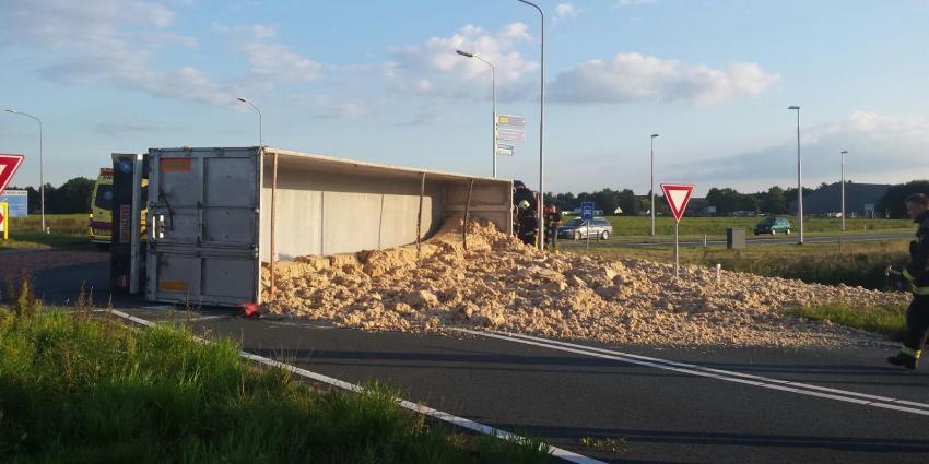 Vrachtwagen met veevoer gekanteld in Veendam
