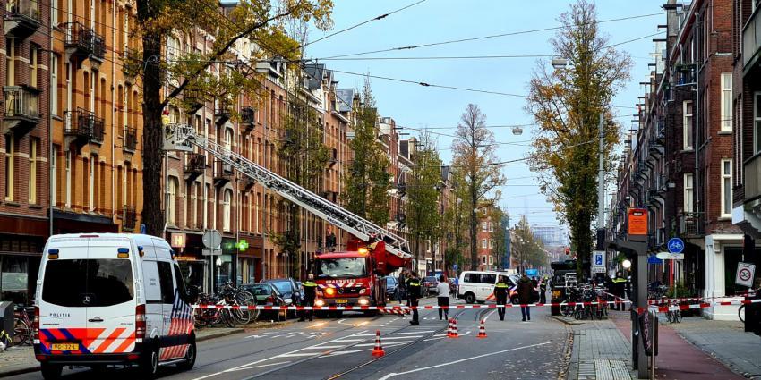 Brandweer bekijkt schade aan pand