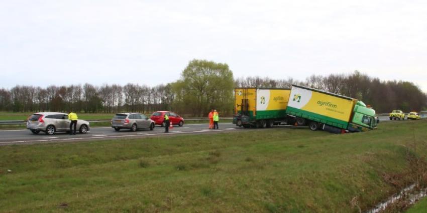 Vrachtwagen geschaard op A28 bij Assen
