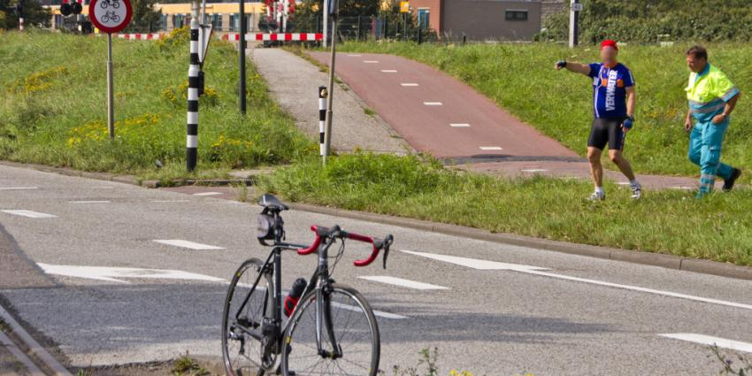 Wielrenners gewond na val over spoorrail