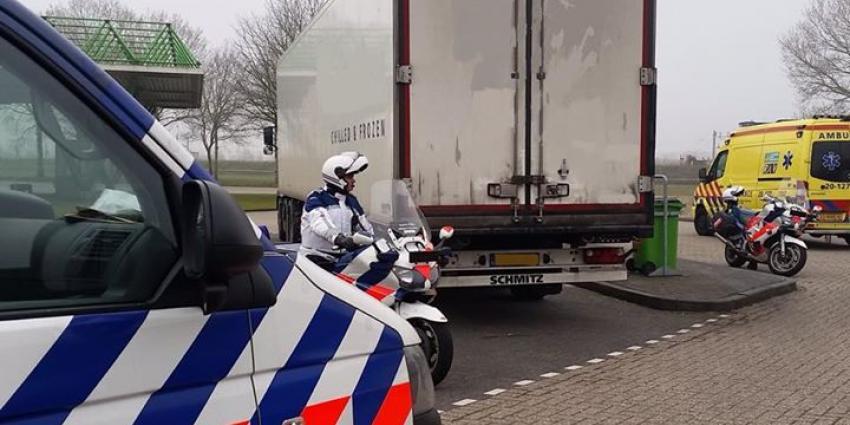 Marechaussee bevrijdt illegalen uit koelwagen