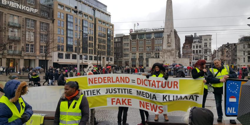 Demonstratie 'Gele Hesjes' op de Dam in Amsterdam