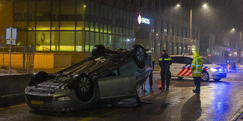 Auto botst op betonnen wegafscheiding