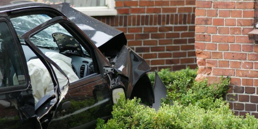 Man rijdt met auto tegen gevel van woning in Muntendam