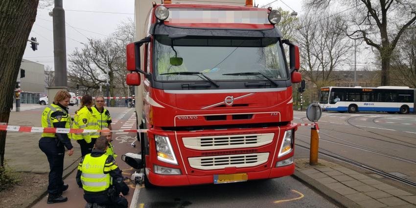 Zwaargewonde bij aanrijding tussen scooter en vrachtwagen