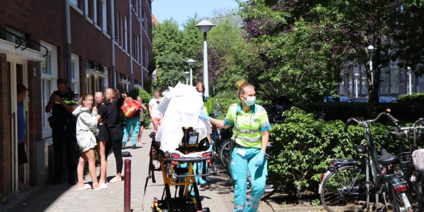 Slachtoffer wordt naar ambulance gereden