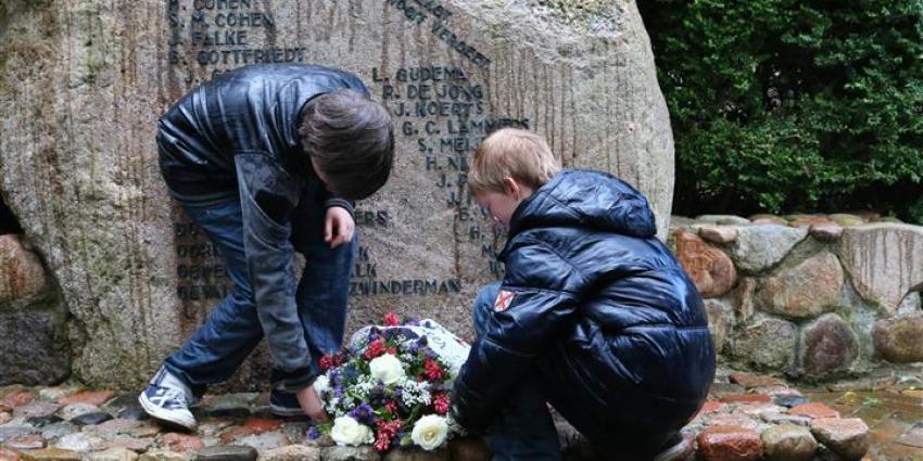 Foto van kranslegging bij monument Gieten | Van Oost Media | www.vanoostmedia.nl