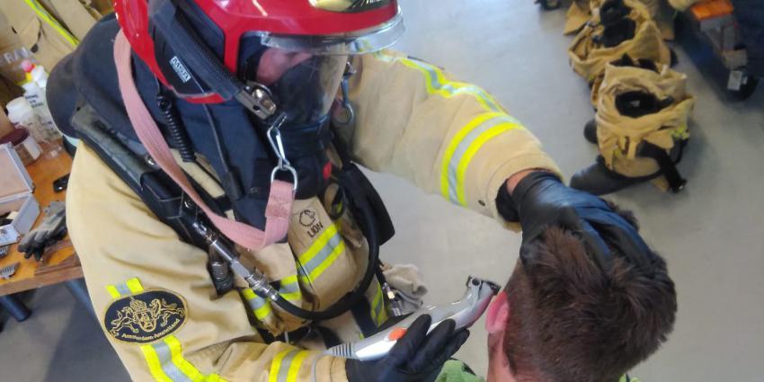 Brandweerman scheert collega