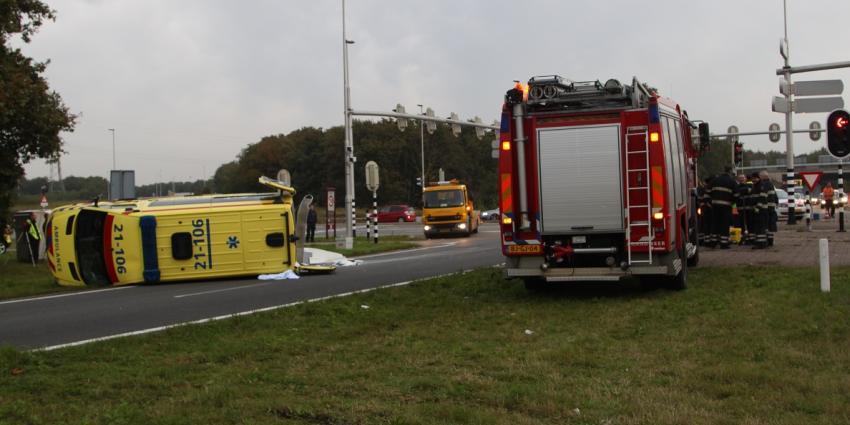 Foto van ambulance op zijn kant   Willy Smits   www.112journaal.nl