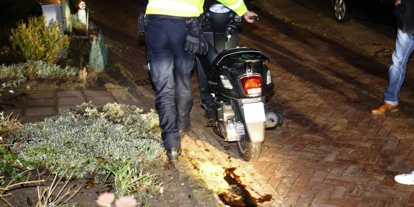Vrouw met scooter hard onderuit