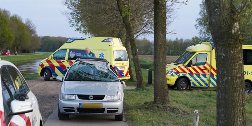 Auto over de kop bij ongeval