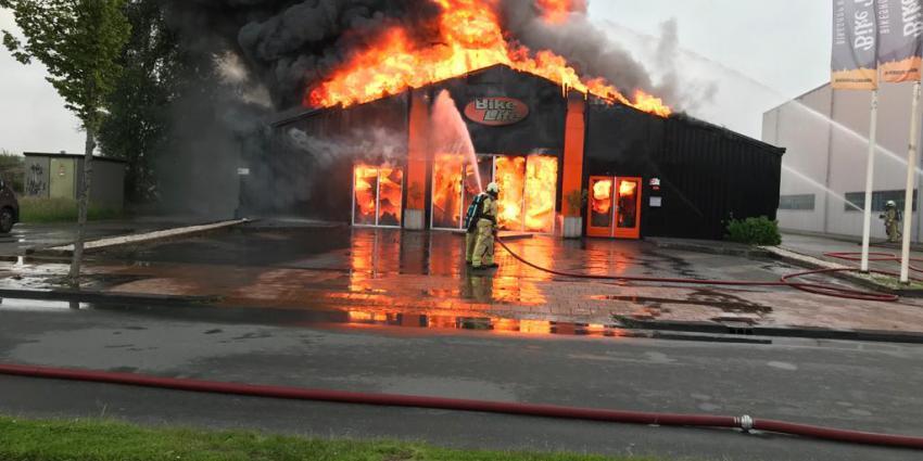 Brandweer bezig met blussen brand in Kanaalstraat