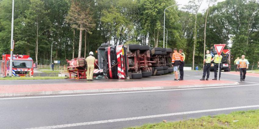 Gekantelde vrachtwagen op rotonde