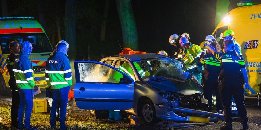 Vrouw ernstig gewond na botsing met boom